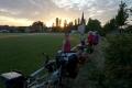 Heute mal Übernachtung am Sportplatz. Nicht auf dem Rasen (heilig - schon klar!), sondern eben daneben.
