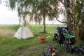 Am Flüßchen Ohre nämlich gibt es einen versteckelten Zeltplatz. Zwei Teilnehmer haben gerade Spass beim Zelt-Aufbau.