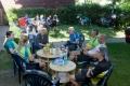 Bei einem unserer vielen Vor-Ort-Partner, hier in Wolfsburg: Wir sitzen mit der hiesigen Sozialpädagogin und Axel vom ADFC Wolfsburg im Garten der psychosozialen Anlaufstelle. Man hatte lecker und liebevoll für uns gekocht, wir übernachten in der Anlaufstelle auf unseren Isomatten.