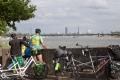 Am Rhein mit Bick auf Düsseldorf.