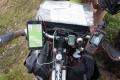 Das Tourleiter-Cockpit enthält von links nach rechts: Smartphone (mit OSMand als Navi), Headset (Interview-Koordniation), Dynamospeisung (weises Kabel), Tacho (eher so aus Nostalgie, haha), Klingel und Ersatz-GPS-Gerät