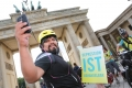 Einfach weils schön und symbolträchtig ist: Ein Foto-Stopp mit unseren Mitfahrern vorm Brandenburger Tor. Unsere neuen A3-Plakate machen sich super!Foto: Joanna Kosowska