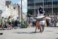 """Tanja vom Radio Sonnengrau bereitete uns einen schönen Aktionstag in Lübeck – mit den """"Concrete 3"""" Künstlern, die breakdancen und andere halsbrecherische Aktionen vorturnen."""