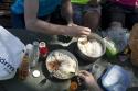 Statt den ganzen Tag Brot zu essen gehen wir dazu über am Vorabend mehr Reis zu kochen damit wir am nächsten Mittag etwas Ordentliches zu essen haben.