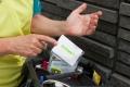 Mona schneidet sich aufopferungsvoll in den Finger, damit wir endlich mal das Barmer-Pflasterset inszenieren können (-;
