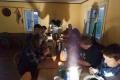 Im Falkenheim ist es dank sehr potentem Ofen sehr warm und dabei ziemlich dunkel. Stirn- und andere Lampen helfen.