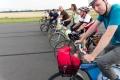 Auf dem Tempelhofer Feld fahren wir auch einmal alle zusammen nebeneinander (-: (Foto: S. Burger)