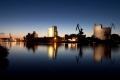 ..mit den illuminierten Fabrikgebäuden..