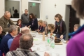 Das Samstag-Abendmahl ward wild: soviel Leute auf einmal..da kommen wir erstmals mit der Mega-Tafel dieses Mädchengymnsasiums an die Grenzen..