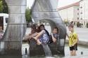 Öffentlicher Brunnen in Dessau. Kinder haben Spass. Super!