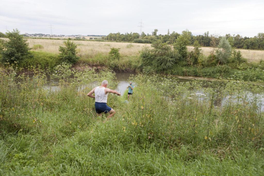 Männer der MUT-TOUR auf dem Weg in den Fluss, der Umgang mit Depressionen ist vielfältig