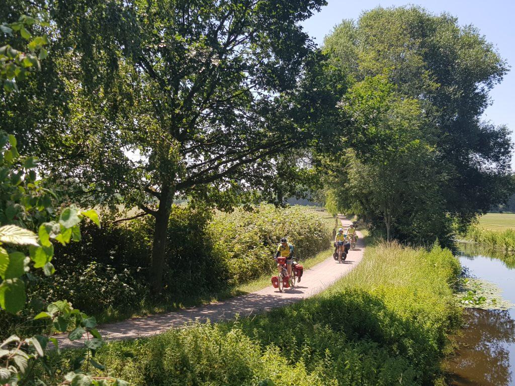Tandem fahren entlang eines Flusses mitten in der Natur