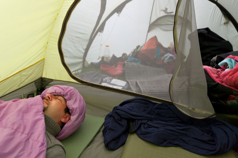 Teilnehmer, der im Zelt schläft