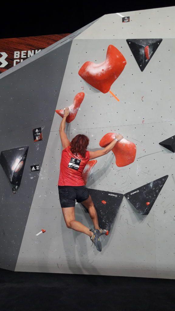 Teilnehmerin beim Bouldern