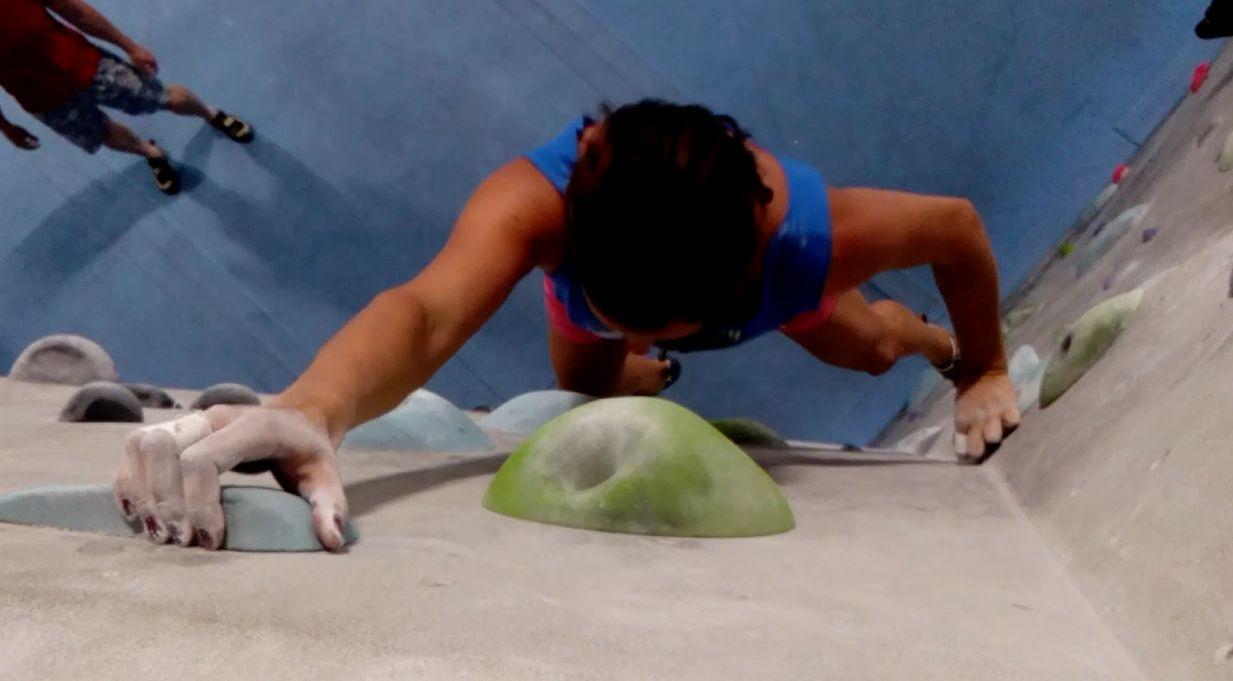 Antoniya beim bouldern
