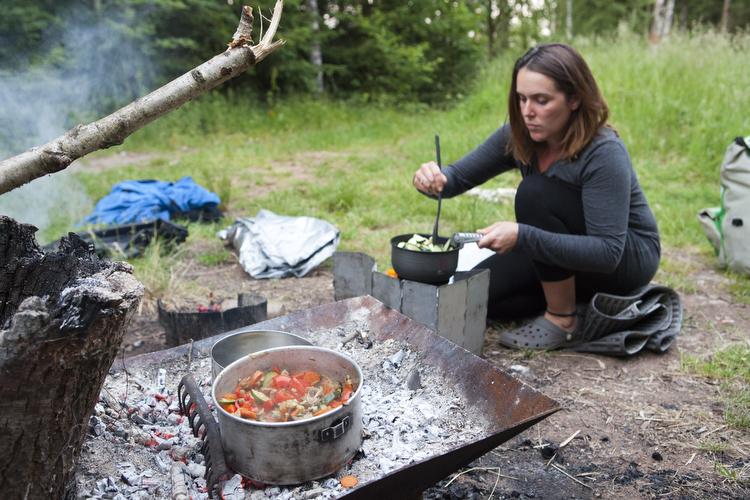 Louisa beim Kochen am Lagerfeuer während einer Wanderung der MUT-TOUR