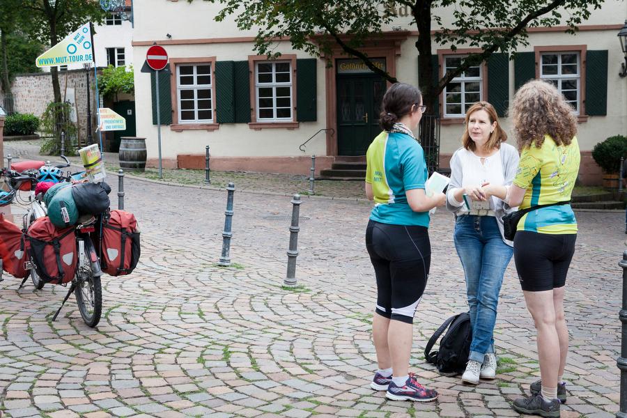 zwei Teilnehmerinnen treffen Journalistin, Pressearbeit für mehr Offenheit mit Depression