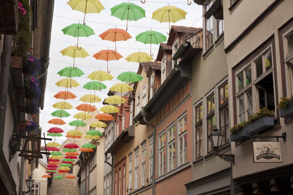 Schirme am Himmel als Sinnbild für Hilfe bei psychischen Krisen