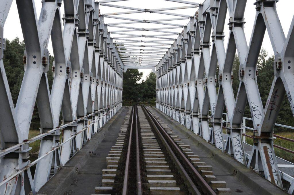 Bahngleise als Sinnbild für einen geraden Weg
