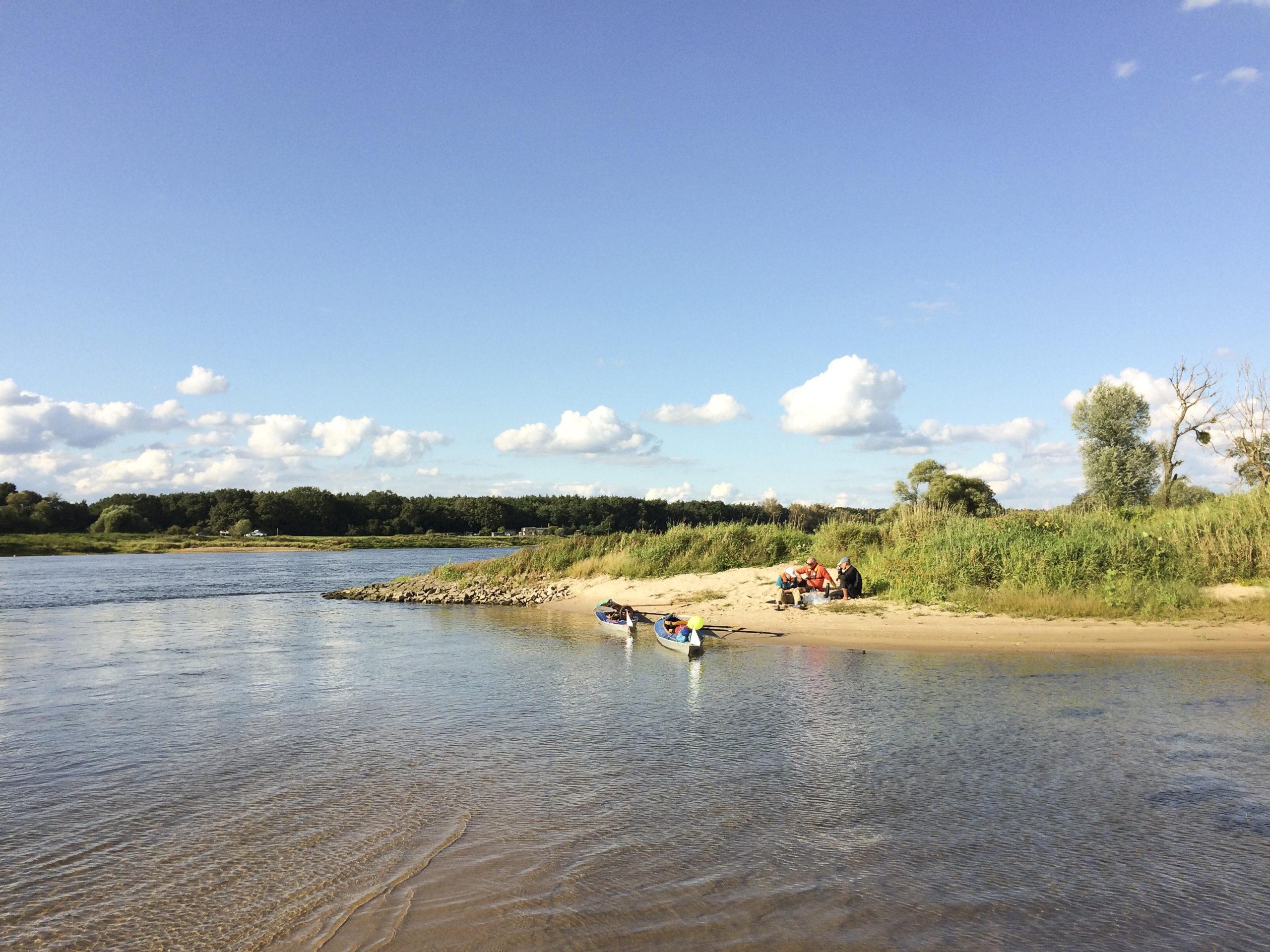 Wasserlandschaft mit drei Kajakfahrern der MUT-TOUR