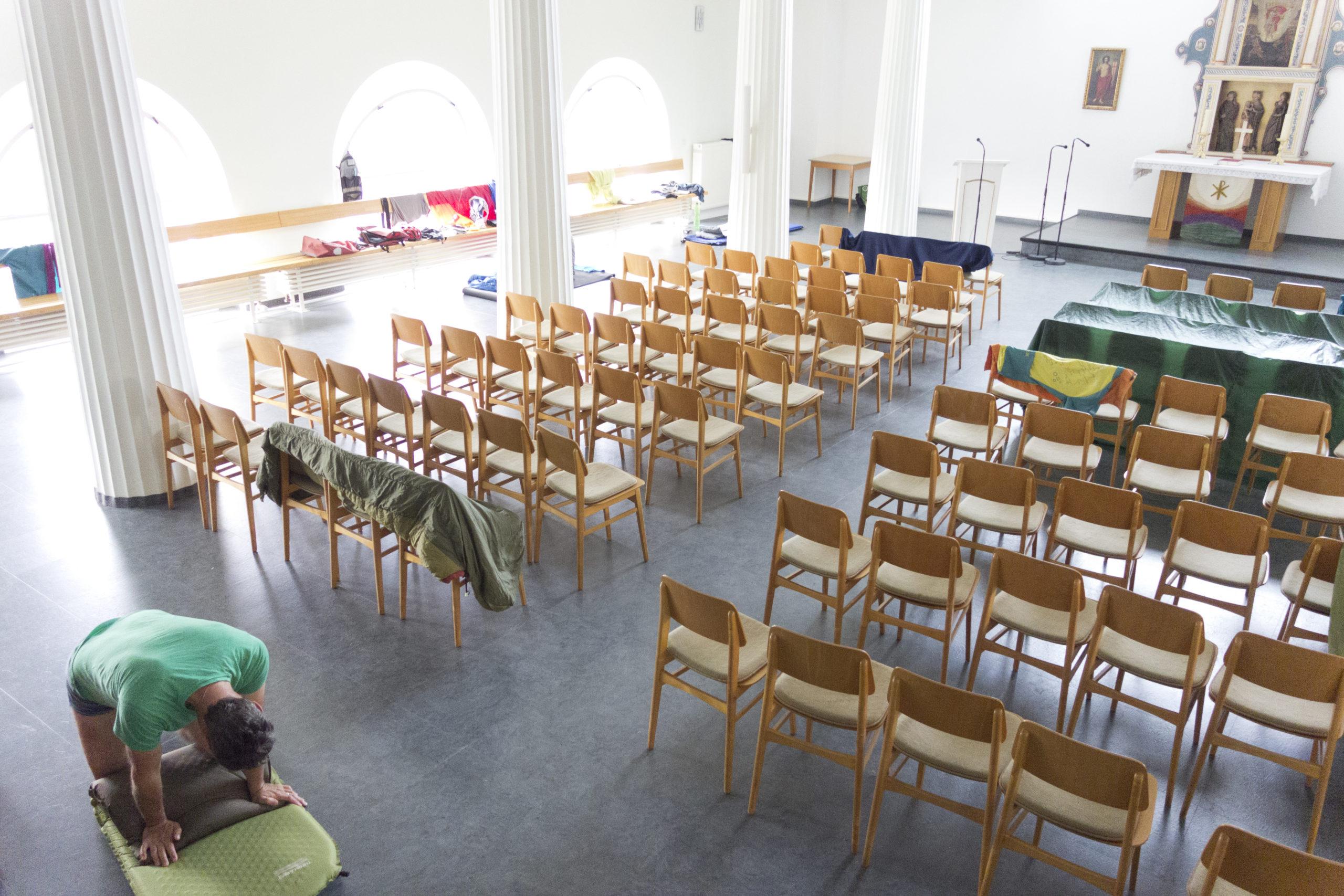 leere Stuhlreihen als Sinnbild für Corona
