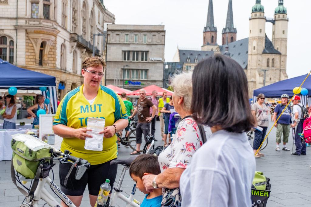 Corinna im Gespräch mit Bürgerinnen im Rahmen eines Aktionstags, ein Beispiel für niedrigschwellige Pressearbeit