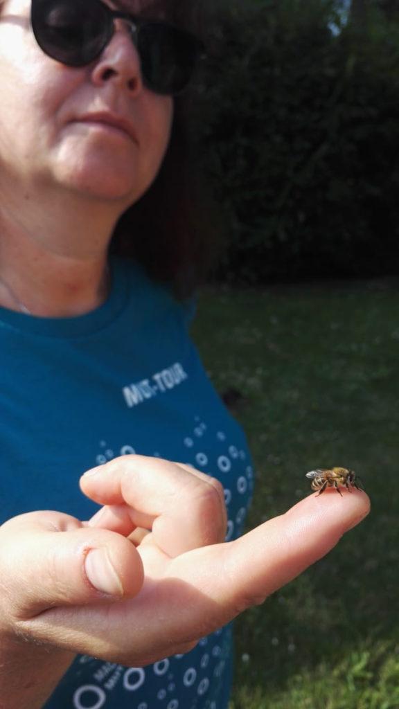 Lydia mit Biene auf dem Finger