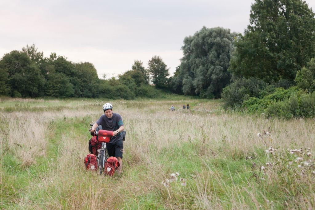 Teilnehmer mit seinem Tandem mitten im Feld