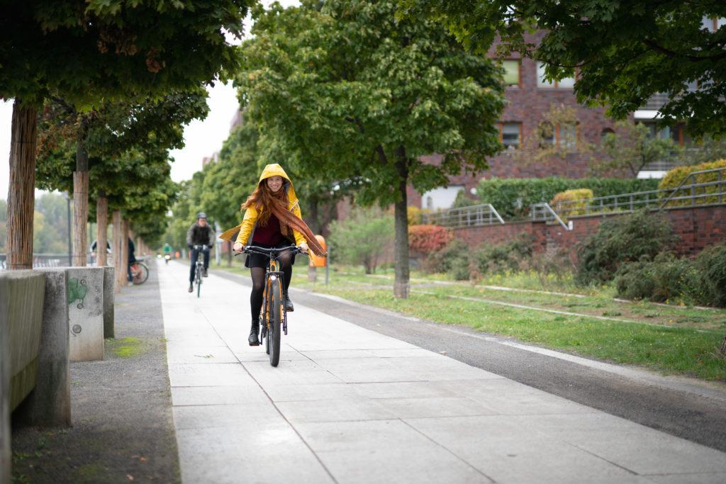 Annie Voigt per Fahrrad unterwegs