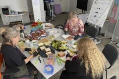In Stadthagen werden die späteren Lunchpakete in liebevoller Handarbeit vorbereitet!